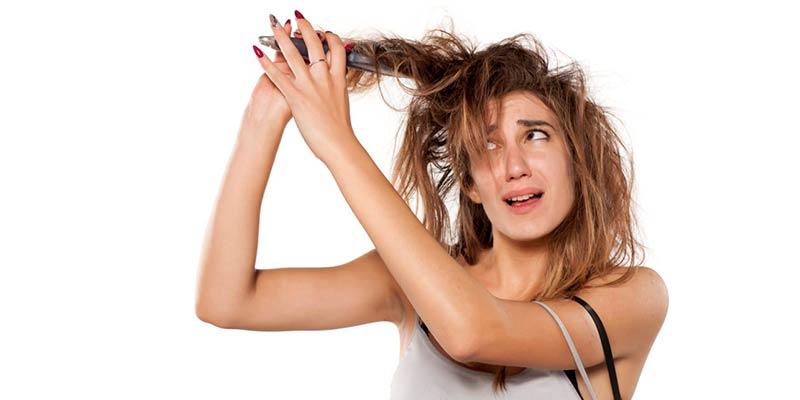 Dormir con el pelo mojado provoca enredos y nudos en el cabello